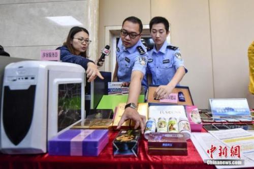 资料图:2017年5月11日,警方向媒体介绍涉案的虚假保健品。 中新社记者 陈骥旻 摄