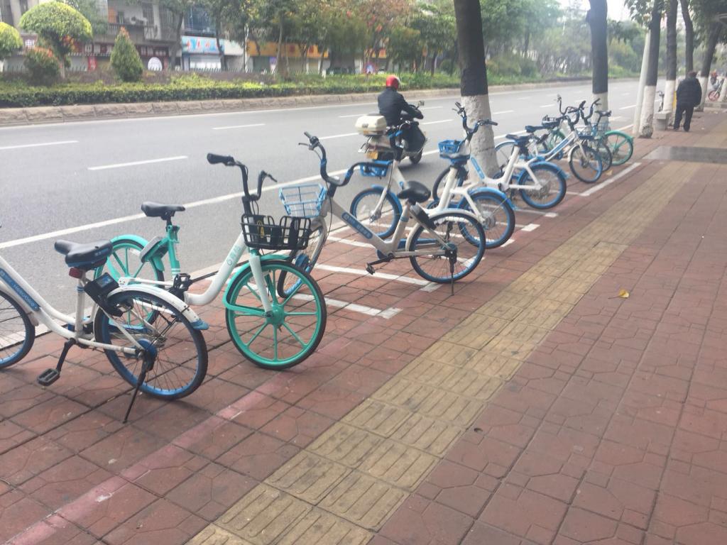 """(网经社讯)过去一年时间里,不少共享单车品牌纷纷退出市场运营,而个别一线品牌,也遭遇了市场低迷,甚至用户排长龙退押金的境况。当一线城市共享单车面临市场严重饱和、竞争趋于稳定时,很少有人会想到,不少品牌却在南方的很多三、四线城市 """" 斗 """" 得如火如荼。更有趣的是,这些地方蜂拥而至的不是共享单车,而是骑行更轻松、收费更高的电助力车。 在懂懂笔记的小伙伴回乡过节系列中,这一篇关于南方城镇 """" 共享电助力车 """" 的现场直击,展现出来的是共享经济暗流涌动的另一面。 &quo"""